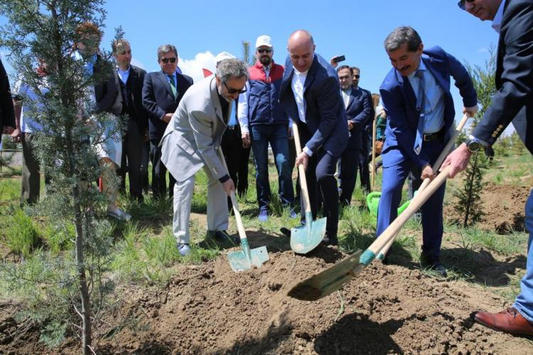 Gabriel Muneras Vinals planting a tree in Ankara on the occasion of Europe Day